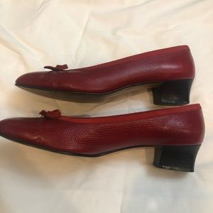 Vintage Ferragamo low heeled pumps 9.5